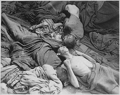 Découverte de Dachau - 29-04-1945 - Starved_bodies_of_prisoners_who_were_transported_to_Dachau_from_another_concentration_camp,_lie_grotesquely_as_they_died_enroute