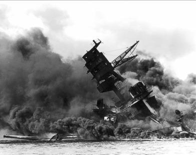 Incendie sur le cuirassé USS Arizona après l'attaque